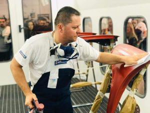 pintor limpiando una aleta delantera, preparacion de una aleta delantera para pintar
