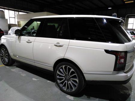vista lateral izquedo de Range Rover Autobiografy